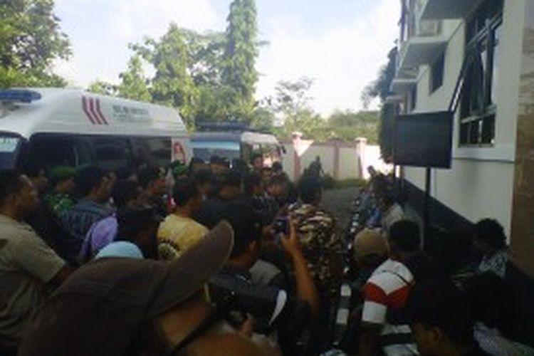 Warga masyarakat serta beberapa anggota ormas menyaksikan jalannya sidang kasus penyerangan Lapas Cebongan, yang menghadirkan 12 anggota Kopassus Kandang Menjangan sebagai terdakwa, di Pengadilan Militer II-11 Yogyakarta, Kamis 920/6/2013).