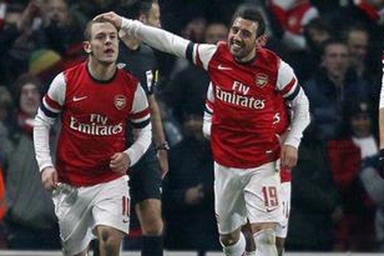 Gelandang Arsenal dari Inggris, Jack Wilshere (kanan), merayakan golnya bersama gelandang serang dari Spanyol, Santi Cazorla (kanan), dalam laga ulangan babak ketiga Piala FA melawan Swansea City di Stadion Emirates, London, Rabu (16/1/2013). Arsenal akhirnya menang 1-0.