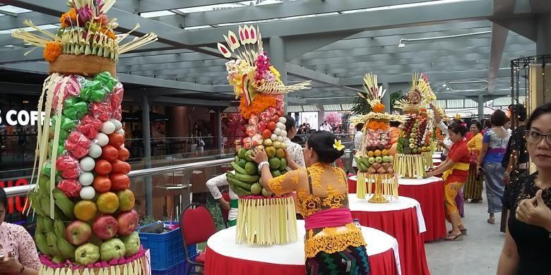 Lomba Gebogan di Jalan Kartika Plaza Kuta, Badung, Bali, Jumat (5/2/2016), dalam menyambut Hari Raya Galungan.
