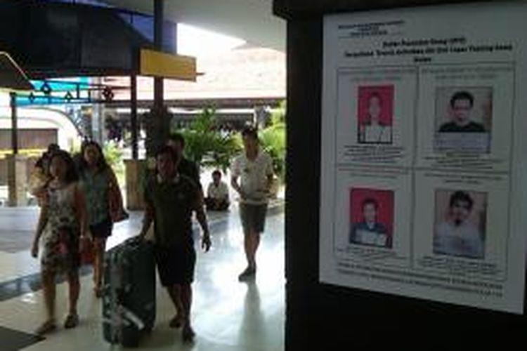 Foto empat narapidana kasus terorisme yang kabur dari Lapas Tanjung Gusta Medan dipasang di sejumlah tempat di Bandara Internasional Ngurah Rai, Denpasar, Bali.