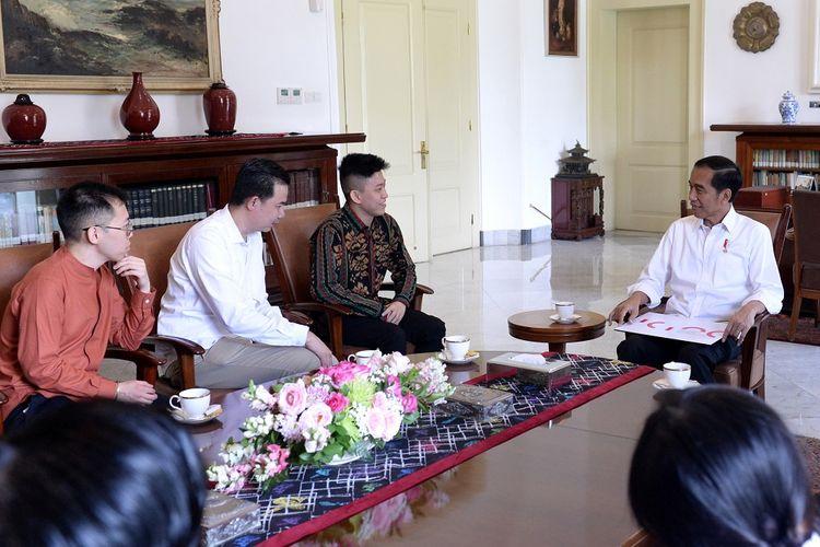 Presiden Joko Widodo (kanan) menerima rapper Brian Imanuel Soewarno atau Rich Brian (ketiga kiri) di Istana Bogor, Jawa Barat, Minggu (7/7/2019). Pertemuan Presiden dengan rapper asal Indonesia yang berkarier di industri musik Amerika tersebut diantaranya membahas industri musik tanah air. ANTARA FOTO/BPMI-Kris/pus/hp.