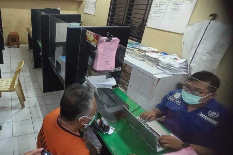 ZAS (52) menjalani pemeriksaan di Polsek Medan Timur setelah menembak kedua kaki temanya, AT (35) dengan airsoft gun. Pelaku sempat melarikan diri ke daerah rel kereta api.