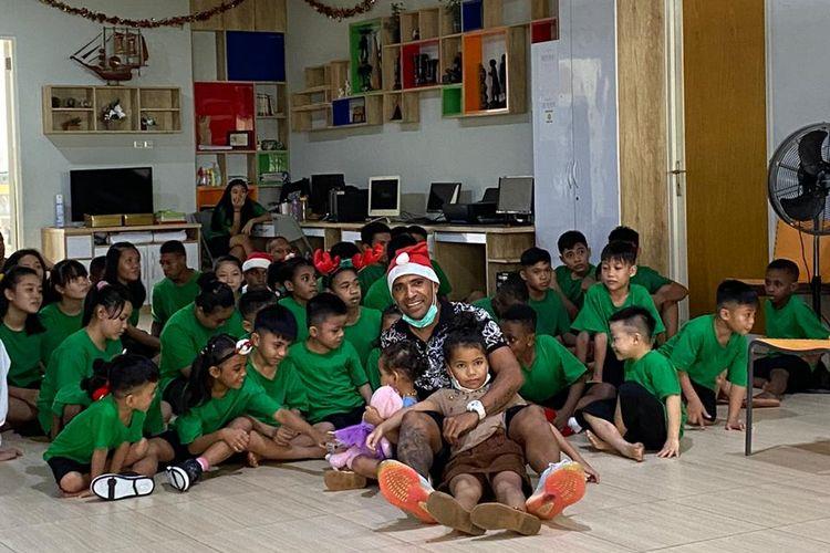 Alberto Goncalves berbagi kado Natal dan Tahun Baru 2021 bersama anak-anak panti asuhan di Kota Surabaya, Jawa Timur, Sabtu (26/12/2020) siang).