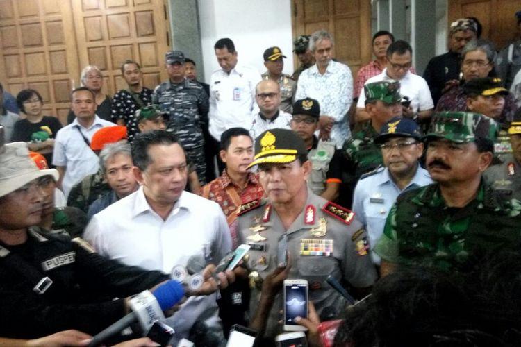 Ketua DPR RI Bambang Soesatyo, Panglima TNI Marsekal Hadi Tjahjanto dan Kabareskrim Mabes Polri Komjen Pol Ari Dono saat menemui wartawan usai melihat ke dalam gereja Santa Lidwina
