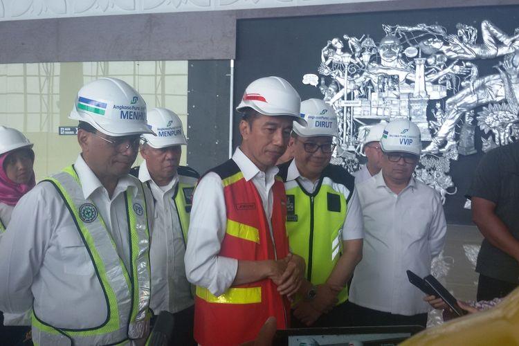 Presiden RI Joko Widodo menyempatkan melihat Artwork atau dekorasi di lantai 3 terminal Bandar Udara Yogyakarta International Airport.