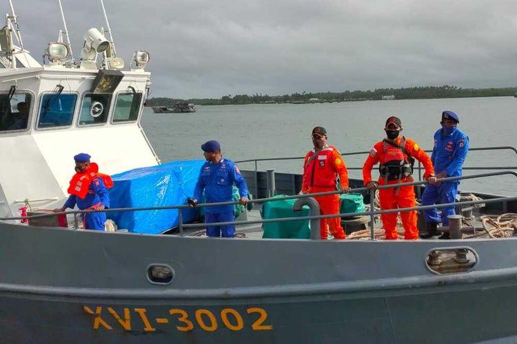 Kapal patroli KP 3002 Teluk Ambon milik Polairud Polda Maluku dikerahkan ke peraiaran Kepulauan Tanimbar untuk mencari 25 anak buah kapal (ABK) KM Hentri yang hilang di peraiaran tersebut, Jumat (10/9/2021)