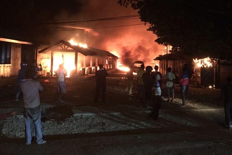 Beberapa bangunan yang dibakar massa saat terjadi keributan yang berujung gugurnya seorang anggota TNI, Jumat (24/5/2019)