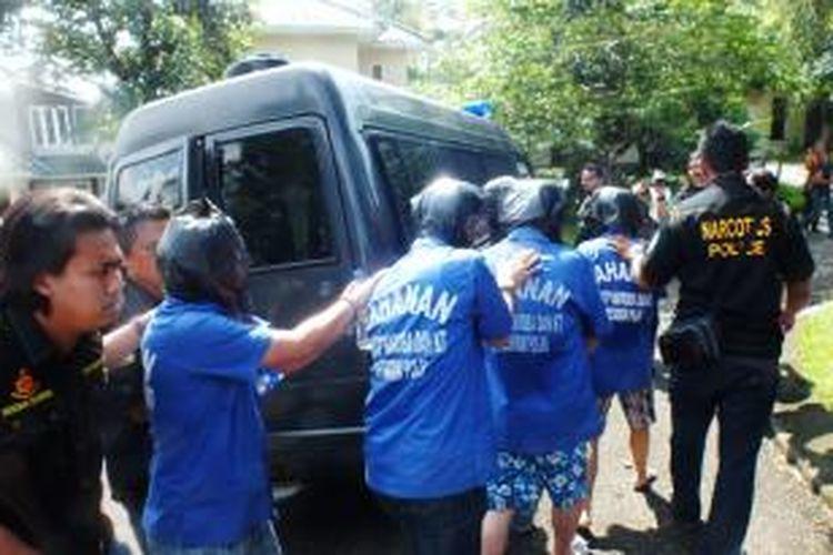 Empat orang pelaku sindikat narkoba internasional, tengah diamankan oleh petugas Direktorat Narkoba Polri dengan persenjataan lengkap, Jumat (02/05/2014) di Perumahan Mediterania, Bukit Golf Hijau, Sentul, Bogor. K97-14