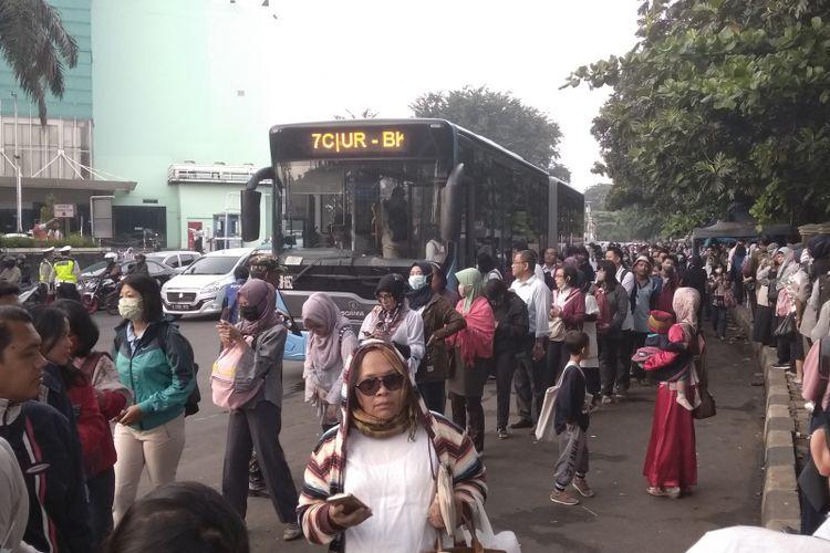 Transjakarta tambah armada di Cibubur akibat peningkatan penumpang di hari pertama uji coba ganjil-grnap, Senin (16/4/2018)