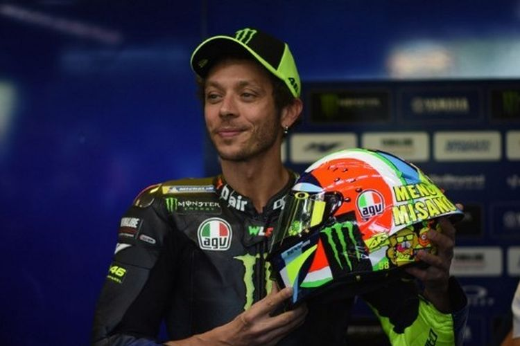 Valentino Rossi memamerkan helm spesial yang ia kenakan pada GP San Marino di World Circuit Marco Simoncelli, 14 September 2019.