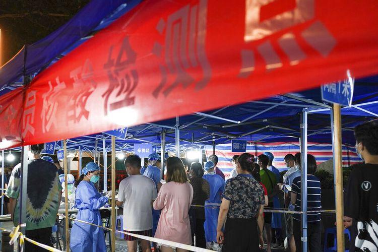 Dalam foto yang dirilis oleh Kantor Berita Xinhua China ini, orang-orang berbaris untuk tes COVID-19 di sebuah stasiun pengujian di Nanjing di Provinsi Jiangsu, China timur, Rabu, 28 Juli 2021.