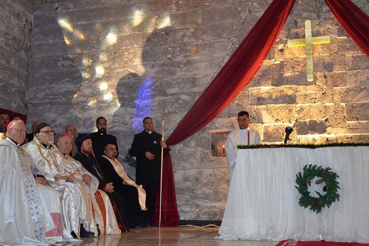 Suasana misa malam Natal di Gereja Santo Paulus, Mosul, Irak (24/12/2017). Sudah tiga tahun lamanya umat Kristiani di Mosul tidak merayakan Natal setelah ISIS mendeklarasikan diri pada 2014.