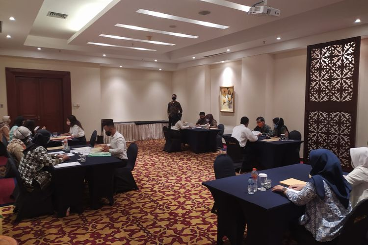 Suasana tes wawancara dan pemeriksaan berkas administrasi penggelapan dan penipuan masuk CPNS di Gedung Bidakara, Jakarta Selatan.