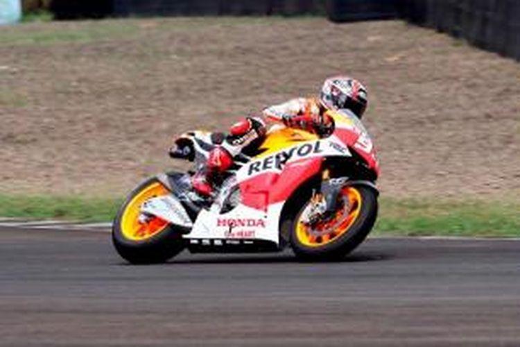 Juara dunia MotoGP, Marc Marquez memacu Honda RCV di Sirkuit Sentul, Bogor, Jawa Barat, Selasa (21/10/2014). Marc Marquez dan rekan satu timnya Dani Pedrosa datang ke Jakarta untuk bertemu penggemarnya.