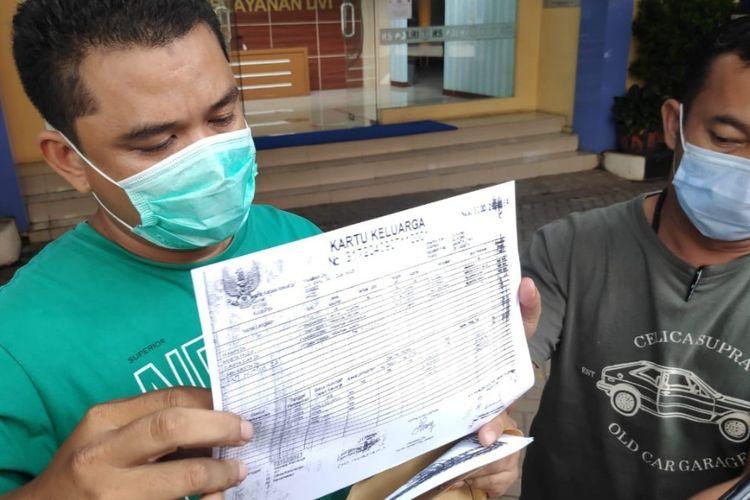 Adik dan suami Arneta Fauzia saat ditemui wartawan di RS Polri Kramat Jati, Selasa (12/1/2021). Arneta merupakan korban pesawat Sriwijaya Air SJ 182.