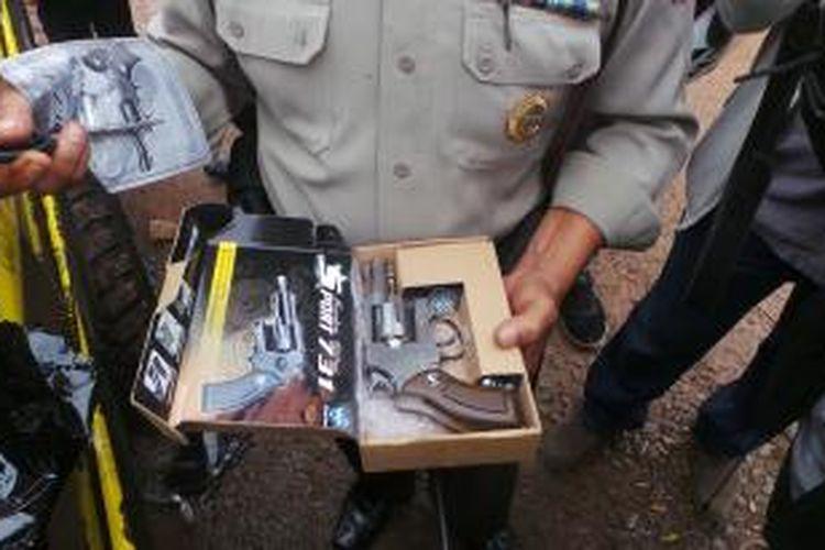 Temuan airsoft gun di mobil Rocky yang tabrak warga di Jatinegara, Jakarta Timur. Rabu (4/3/2015).