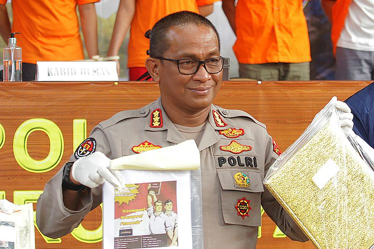 Kabid Humas Polda Metro Jaya Kombes Pol Yusri Yunus menunjukkan barang bukti kepada wartawan saat konferensi pers di Polda Metro Jaya, Jakarta, Rabu (2/9/2020).