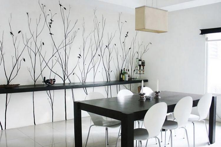 Ruang makan minimalis kontemporer warna hitam putih dengan mural bertema ranting.