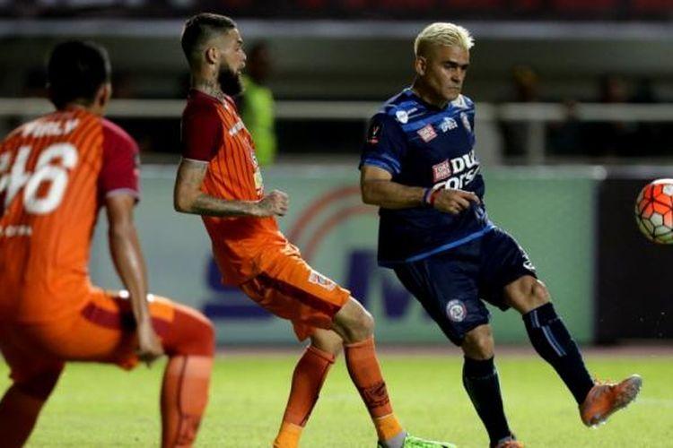 Pemain Arema FC, Cristian Gonzales (kanan) berebut bola dengan pemain Pusamania Borneo FC, Diego Michiels (tengah) pada pertandingan final Piala Presiden 2017 di Stadion Pakansari, Cibinong, Bogor, Minggu (12/3/2017). Arema FC tampil menjadi juara Piala Presiden 2017 setelah menang dengan skor 5-1.
