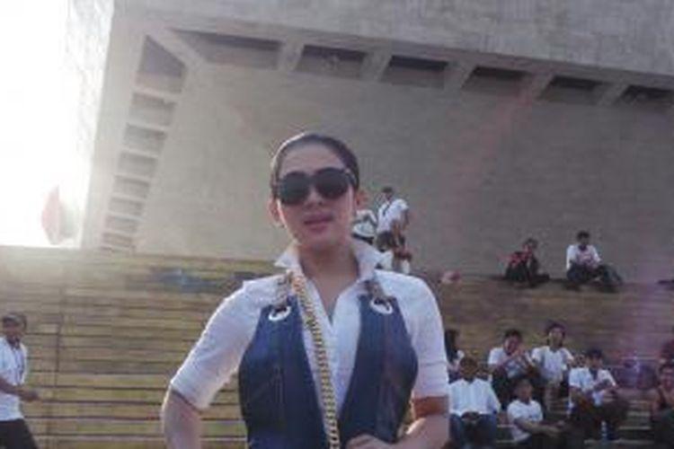 Syahrini tampil di acara Konser Salam 3 Jari di Monumen Nasional, Jakarta, Senin (20/10/2014).