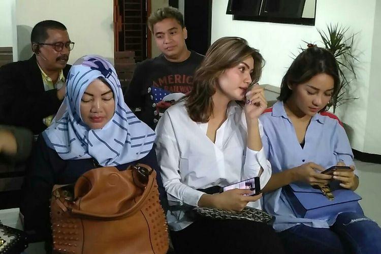 Presenter Billy Syahputra dan Hilda Vitria bertemu di Pengadilan Negeri Bekasi, Jawa Barat, Rabu (24/4/2019). Kehadiran mereka untuk menyaksikan sidang perdana dugaan kasus pemalsuan dokumen yang menjerat Kriss Hatta.