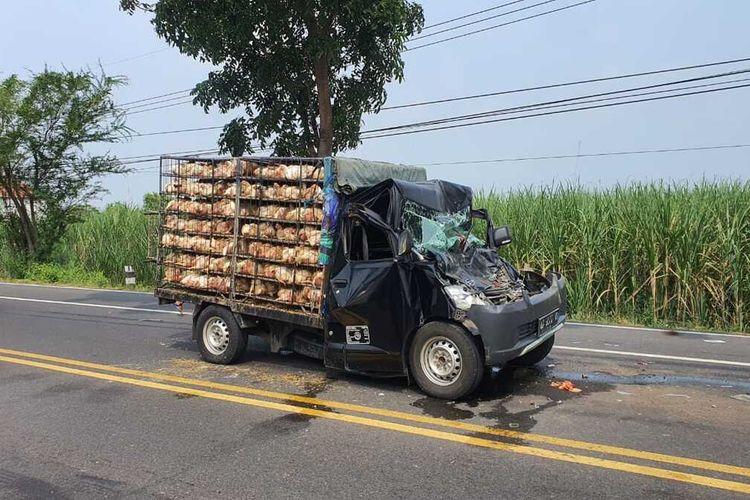 Kondisi pikap yang ringsek setelah terlibat kecelakaan beruntun di Jalan Raya Surabaya-Nganjuk, tepatnya di Desa Nglawak, Kecamatan Kertosono, Nganjuk, Senin (24/5/2021) pukul 11.45 WIB. Foto: Humas Polres Nganjuk