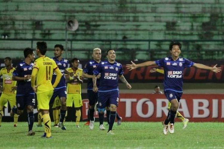 Adam Alis merayakan gol Arema FC ke gawang Sriwijaya FC pada partai perempat final Piala Presiden 2017 di Stadion Manahan, Solo, Jawa Tengah, Minggu (26/2/2017).