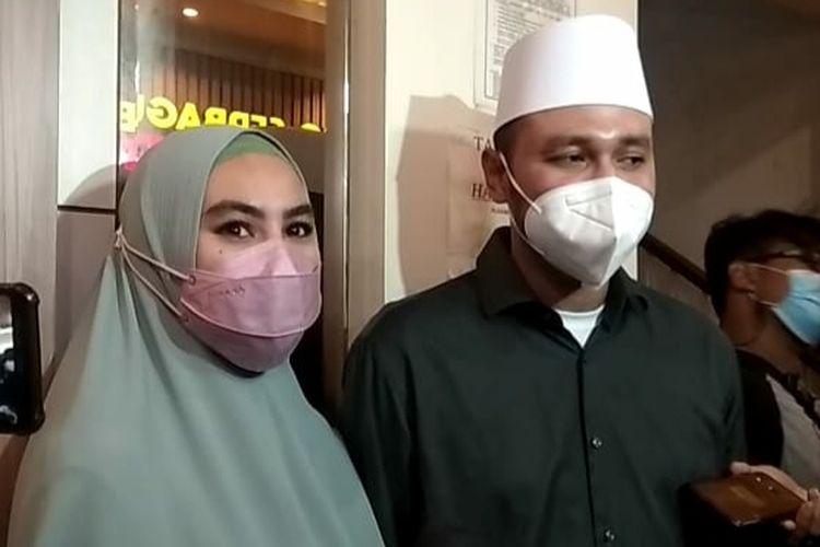 Pembawa acara Kartika Putri dan suaminya, Usman, saat ditemui di Polda Metro Jaya, Rabu (14/4/2021).