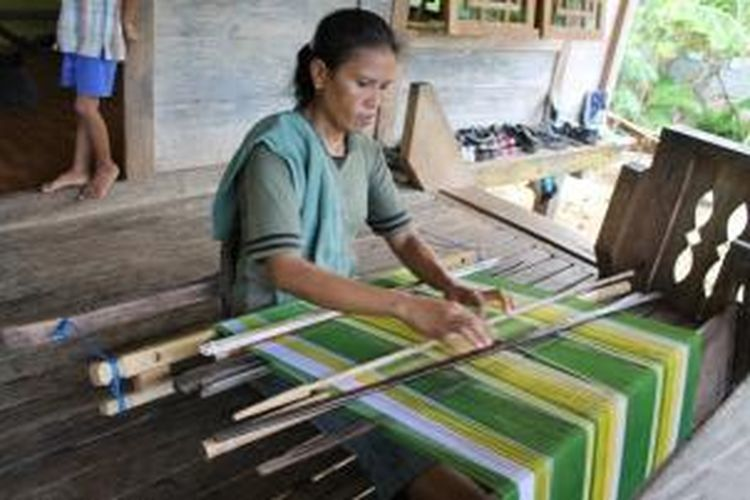 Kain tenun Buton potensial untuk dieksplorasi, dan mayoritas perajinnya adalah perempuan.