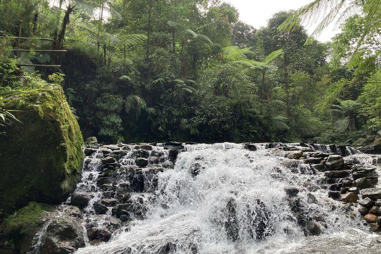 Pemandangan air terjun kecil yang dapat dilewati oleh wisatawan di Curug Balong Endah, Kecamatan Pamijahan, Kabupaten Bogor, Selasa (25/5/2021).