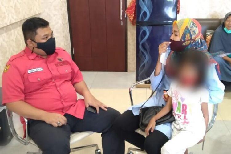 Santi Marisa (33) bersama putri sulungnya, Cantika Aurelia Ahmad (8) saat mrngunjungi ruangan fraksi PDIP di kantor DPRD Kota Surabaya, Senin (15/2/2021) lalu.