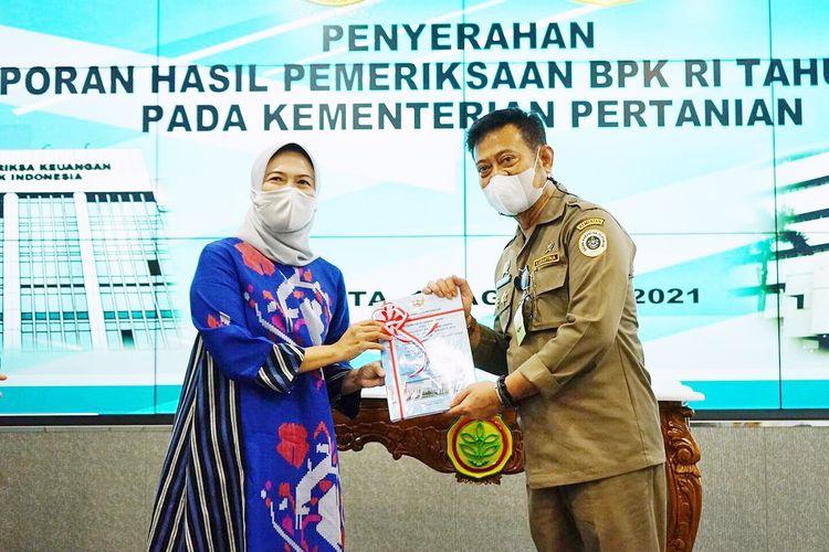 Pimpinan Pemeriksaan Keuangan Negara IV BPK Isma Yatun saat menyerahkan Laporan Hasil Pemeriksaan (LHP) Tahun 2020 dengan predikat Wajar Tanpa Pengecualian (WTP) kepada Menteri Pertanian (Mentan) Syahrul Yasin Limpo (SYL).