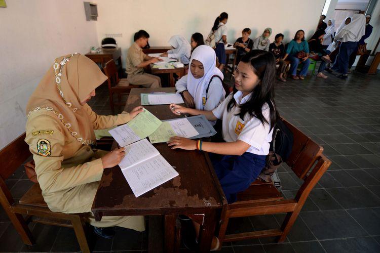 Penerimaan Siswa Baru Tingkat SMK di Yogyakarta - Para calon siswa mengikuti tes khusus sebagai salah satu syarat dalam proses Penerimaan Peserta Didik Baru (PPDB) Tahun Pelajaran 2017/2018 di SMK Negeri 6 Yogyakarta, Selasa (4/7). Pengumuman hasil seleksi PPDB akan disampaikan pada 8 Juli mendatang.