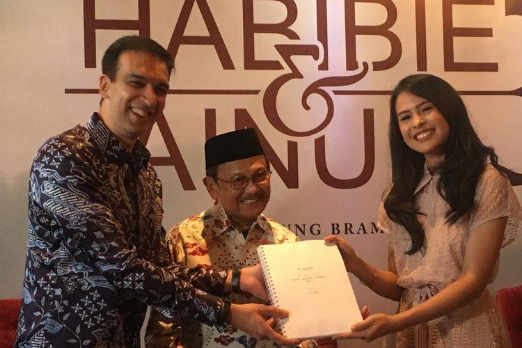 Manoj Punjabi, BJ Habibie, dan Maudy Ayunda dalam jumpa pers film Habibie & Ainun 3 di MD Place, Setiabudi, Jakarta Selatan, Kamis (4/4/2019).