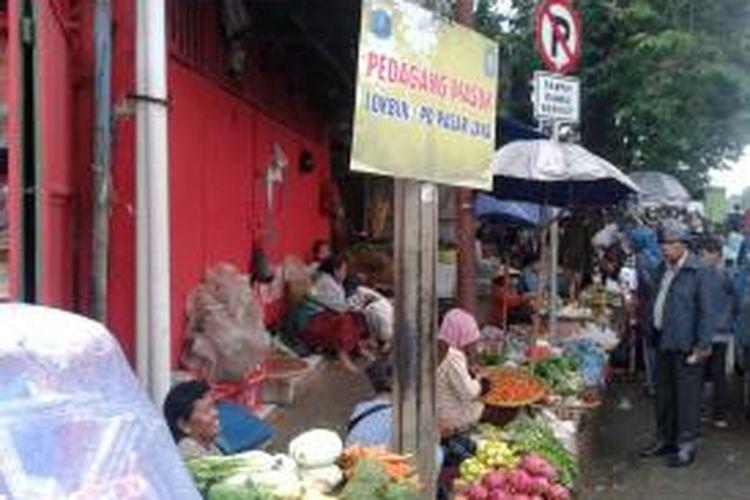Saat penjagaan petugas Satpol PP melonggar, PKL di Pasar Minggu, Jakarta Selatan meninggalkan lokasi binaan dan kembali ke trotoar untuk menggelar dagangannya, Jumat (5/7/2013)