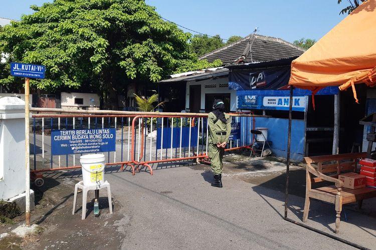 Petugas linmas melakukan penjagaan pintu masuk RT 006, RW 007 Kelurahan Sumber, Banjarsari, Solo, Jawa Tengah yang warganya terkena Covid-19, Jumat (21/5/2021).
