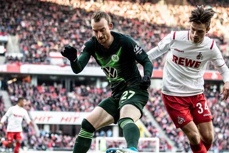 COLOGNE, GERMANY - JANUARY 18: Maximilian Arnold of Wolfsburg is challenged by Noah Katterbach of Köln during the Bundesliga match between 1. FC Köln and VfL Wolfsburg at RheinEnergieStadion on January 18, 2020 in Cologne, Germany. (Photo by Lars Baron/Bundesliga/Bundesliga Collection via Getty Images)