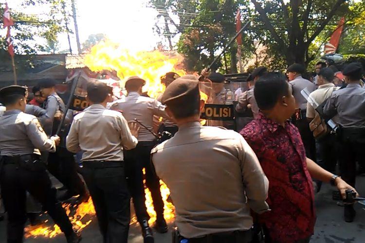 Detik-detik api membesar dan melukai empat orang anggota polisi dalam aksi unjukrasa gabungan elemen mahasiswa di Cianjur, Jawa Barat, Kamis (15/08/2019) siang yang berujung ricuh.