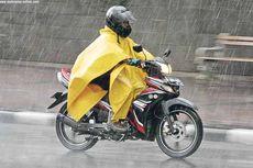 Pilih Jas Hujan Dengan Warna Mencolok Justru Banyak Manfaat