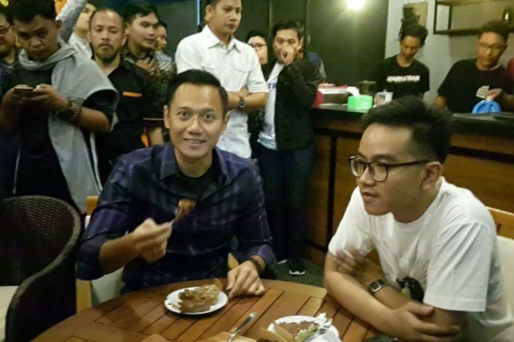 Agus Harimurti Yudhoyono menunjukkan satu potongan Markobar delapan rasa saat makan bersama dengan putra sulung Presiden Jokowi, Gibran Rakabuming, di gerai Markobar Transmart Pabelan, Senin (9/4/2018) malam.