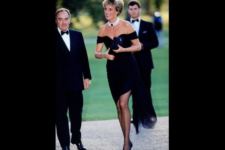 Putri Diana menggunakan gaun cocktail rancangan Christina Stambolian ketika menghadiri gala di Serpentine Gallery, 1994 silam.