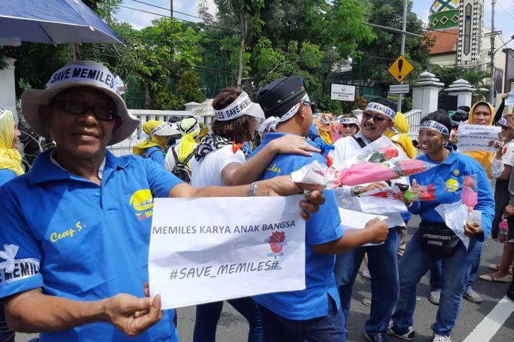 Aksi simpatik member Memiles di depan kantor Kejati Jatim, Senin (2/3/2020).