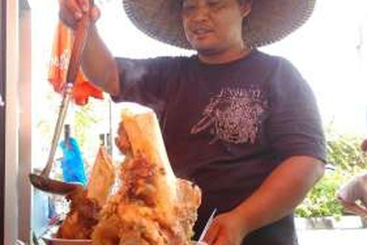 Pak Mulyo saat menyajikan bakso sum-sum di Jalan Bung Karno, Kota Mataram, Nusa Tenggara Barat (NTB).