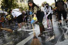 Pengunjuk Rasa di Bangkok Bersih-bersih Jelang HUT Raja