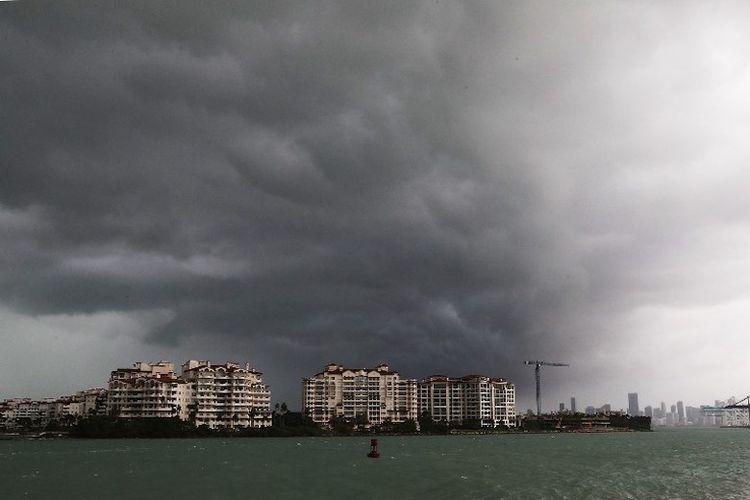 Awan badai terlihat di atas Pulau Fisher saat badai Irma mendekat ke arah Pantai Miami, Florida, 9 September 2017. Florida adalah bagian dari perjalanan badai yang saat mencapai Florida akan berkekuatan Kategori 4.