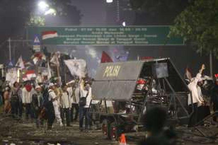 Kericuhan terjadi di sekitar istana negara, Jakarta, Jumat, (4/11/2016). Pengunjuk rasa menuntut proses hukum terhadap bakal calon gubernur DKI Jakarta Nomor Urut 2 Basuki Tjahaja Purnama yang dianggap telah menistakan agama.
