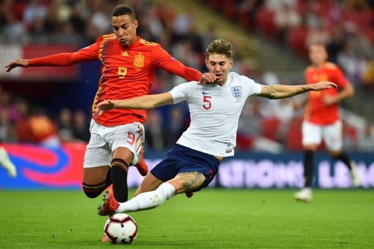 John Stone mencoba merebut bola dari penguasaan Rodrigo pada laga Inggris vs Spanyol di Wembley, 8 September 2018.