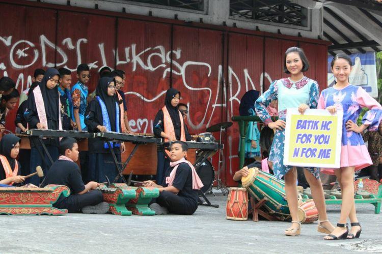 Memperingati hari batik nasional, pelajar SMPN 1 Bantul Menggelar Fashion Show Batik, Senin (2/10/2017). Uniknya mereka mengenakan batik hasil karyanya.
