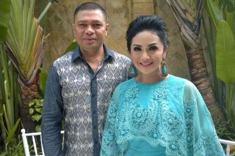 Krisdayanti dan suaminya, Raul Lemos, berfoto berdua di sela kegiatan mereka menerima tamu lebaran kali ini di kediaman mereka, kawasan Jeruk Purut, Jakarta Selatan, Jumat (17/7/2015).