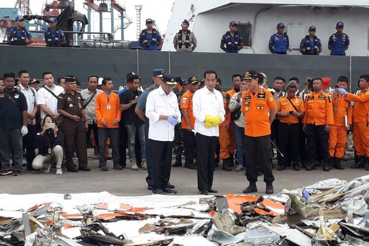 Presiden Joko Widodo menecek tumpukan puing-puing jatuhnya pesawat Lion Air JT 610 di Dermaga JICT 2 Pelabuhan Tanjung Priok, Selasa (30/10/2018).